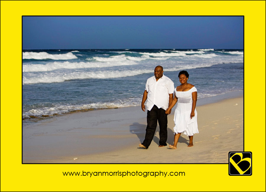 Chantal & Frantz strolling on the beach in Aruba